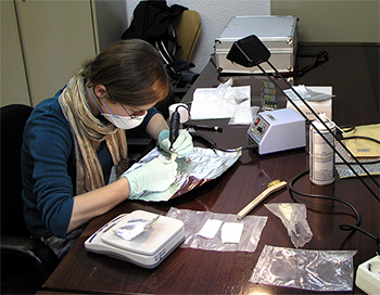 Arqueóloga trabajando en despacho
