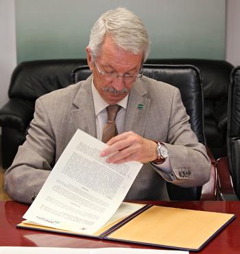 Alejandro Tiana firmando el convenio