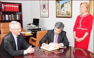 Lesmes firma en el libro de honor de la Facultad