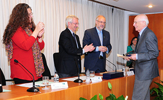 Tiana entrega la medalla a Lledó