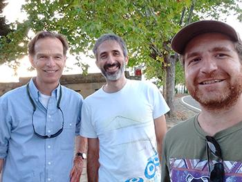 Rubén Díaz Sierra (en el centro) junto a Matthias Boer (Western Sydney University, a la izquierda) y Víctor Resco de Dios