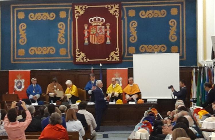 José Eduardo Illeca recibiendo el premio