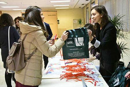 Participante recibiendo bolsa del congreso