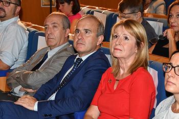 El rector entre el público